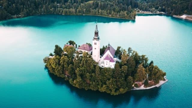 スロベニアのブレッド湖の 4 k ヘリコプター ビュー - スロベニア点の映像素材/bロール