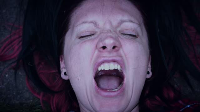 4 k Horror mujer cara gritando con pelos negros - vídeo