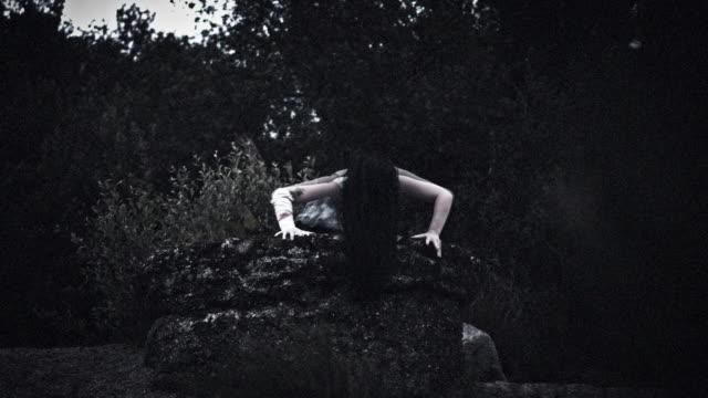 4k horreur femme sale robe pour en sortir du puits - Vidéo