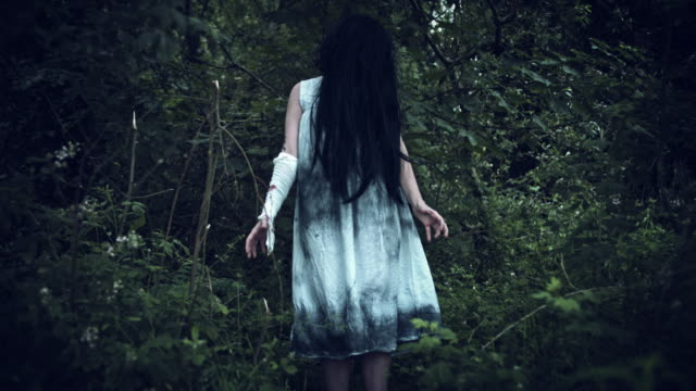 4 k Horror mujer en vestido sucio movimiento raro - vídeo
