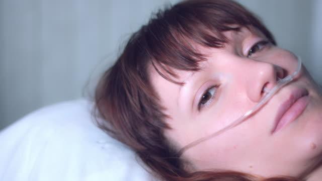 4k sjukhus skott av sjuk kvinna med nasal andas tube, dolly kamera - hospital studio bildbanksvideor och videomaterial från bakom kulisserna