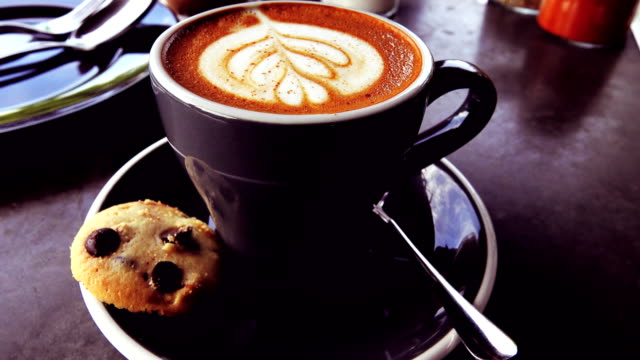 vídeos y material grabado en eventos de stock de 4k: arte de café caliente en el mediodía para relajarse tiempo - café negro