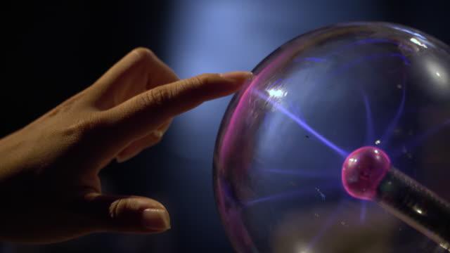 vídeos y material grabado en eventos de stock de 4k, la mano humana tocando y atrapar una bola de plasma. - descarga eléctrica
