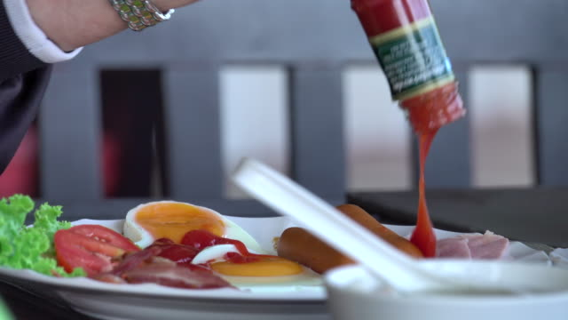 4k: ketchup pouring by trouble shaking - ketchup video stock e b–roll