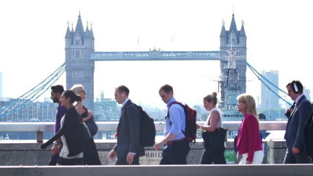 vídeos de stock, filmes e b-roll de 4 k de london bridge, o movimento de pessoas de negócios na zona do edifício de escritórios, londres, inglaterra - europa locais geográficos