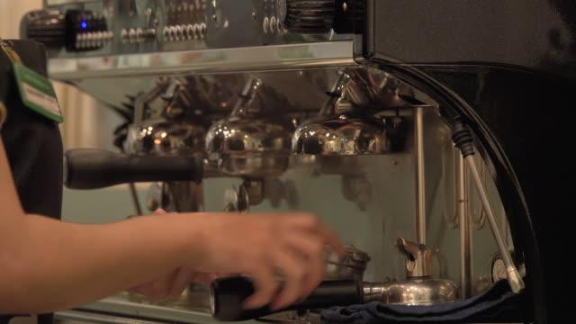 4k: gemacht für einen kaffee aus nächster nähe an der kaffeemaschine - barista stock-videos und b-roll-filmmaterial