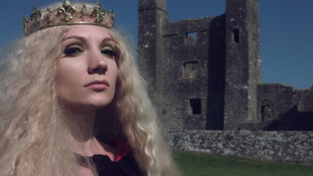 vidéos et rushes de 4 k tir médiéval de style reine posant dans château - couronne reine