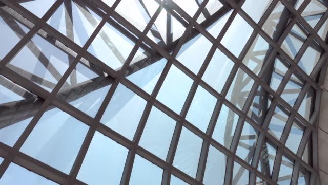 4k: modern ceiling of a airport terminal - architektura filmów i materiałów b-roll
