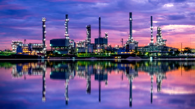 stockvideo's en b-roll-footage met 4 k oil refinery - petrochemische plant timelapse bij zonsopgang met reflectie - chemische fabriek