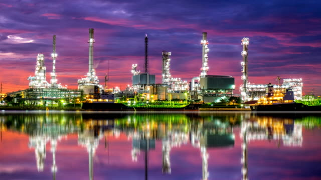 stockvideo's en b-roll-footage met 4 k oil refinery - petrochemische plant timelapse bij zonsopgang met reflectie - olieraffinaderij