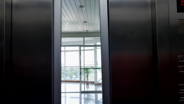 4 k : apertura porte dell'ascensore - ascensore video stock e b–roll