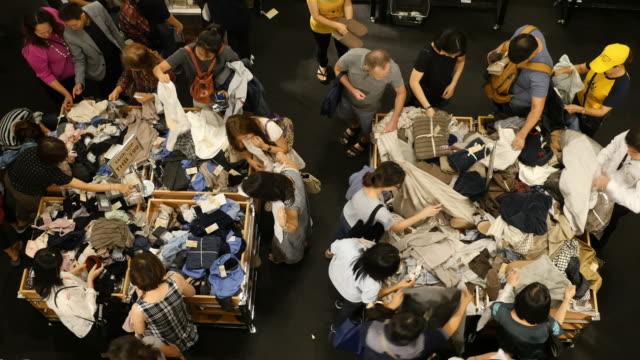 4k människor shoppa kläder i köpcentrum - köpnarkoman bildbanksvideor och videomaterial från bakom kulisserna
