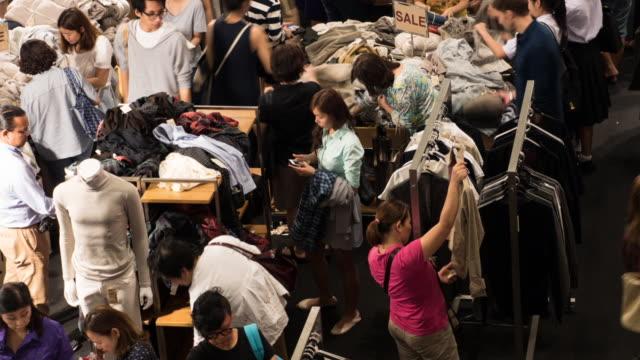 vídeos y material grabado en eventos de stock de 4 k personas de compras para la ropa en el centro comercial de compras - moda playera