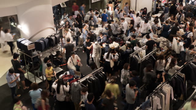 4 k persone lo shopping per abiti in centro commerciale - sales video stock e b–roll