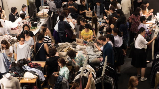 4k People shopping for clothes in shopping mall