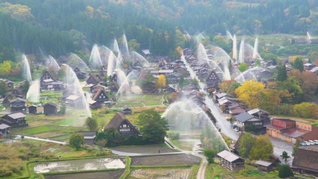 4k in echtzeit: wasseraustritt bohrer beim shirakawago, gifu, japan. - wassersparen stock-videos und b-roll-filmmaterial