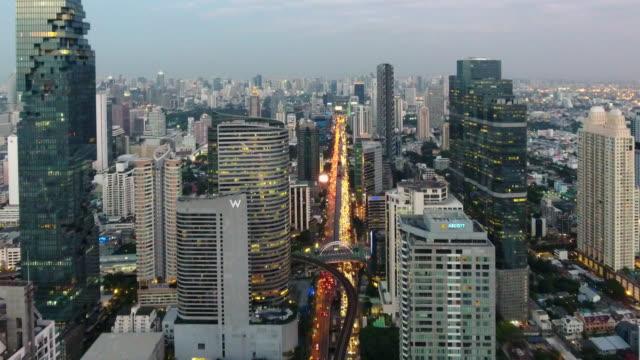 4 k çözünürlüklü bangkok cityscape ariel görüntülemek gün batımında - bangkok stok videoları ve detay görüntü çekimi