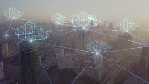 4k risoluzione nuvole tecnologia concetto di connessione di rete sulla città vista aerea - connessione video stock e b–roll