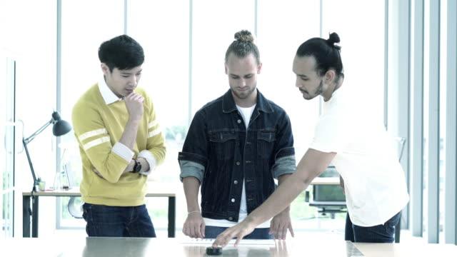 4 k 解像度創造会議チーム ホログラム技術を用いた近代的なオフィス、ビジネス技術コンセプトに新しいデザインのスマート フォン - ホログラム点の映像素材/bロール