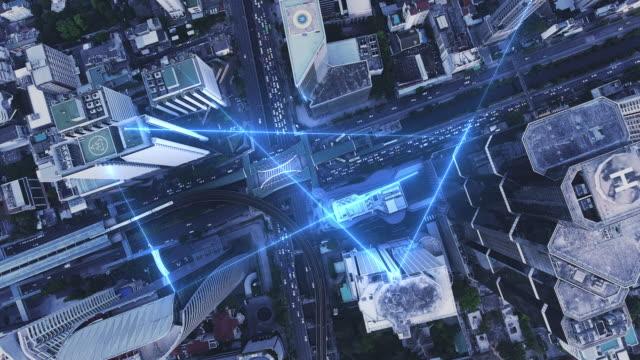 4k upplösning data sändnings-och nätverks anslutning koncept med flyg utsikt stad - datornätverk bildbanksvideor och videomaterial från bakom kulisserna