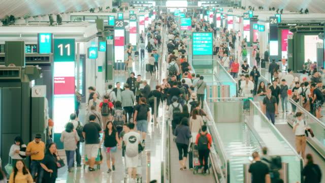 4k解像度タイムラプス群衆通勤者、出発ターミナルの乗客、香港国際空港空港 - ブランディング点の映像素材/bロール