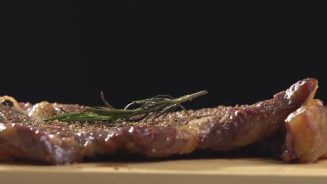 vídeos de stock e filmes b-roll de 4k rotating of sirloin beef steak for ready to eat. - meat texture