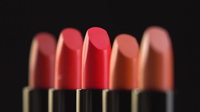 4 k-rotation der lippenstift-kollektion. - lippenstift stock-videos und b-roll-filmmaterial