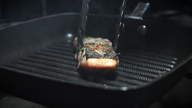 vídeos de stock e filmes b-roll de 4k salmon fish cooking process on pan - cod