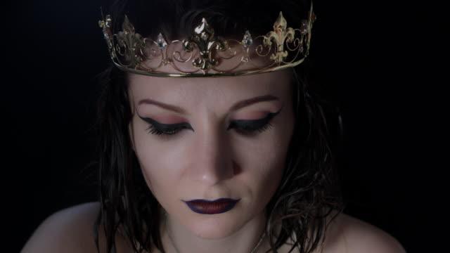vidéos et rushes de 4k tirer d'un modèle d'halloween horreur - vampire avec couronne vous cherchez mal à caméra - couronne reine