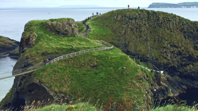 vidéos et rushes de 4k coup de carrick-a-rede rope bridge, game of thrones, lieu de tournage - irlande
