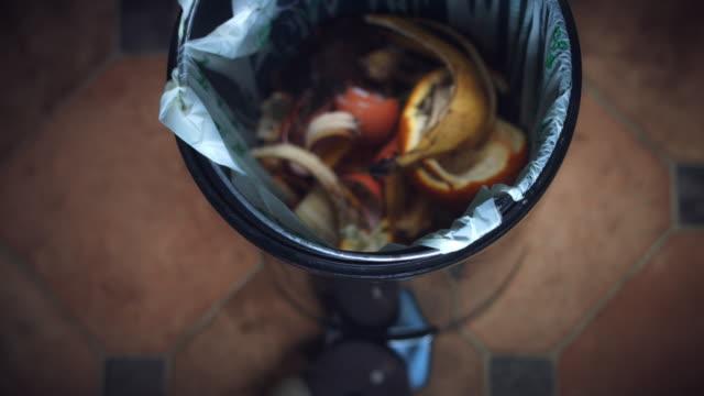 4 k skott av kompostering bin, kasta till papperskorgen banana - food waste bildbanksvideor och videomaterial från bakom kulisserna
