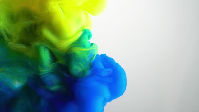 4k långsam rörelse blått och gult bläck flöde i vatten. - blue yellow bildbanksvideor och videomaterial från bakom kulisserna