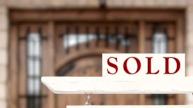 vidéos et rushes de 4k lent zoom hors belle coutume accueil et vente immobilier signe - vendre