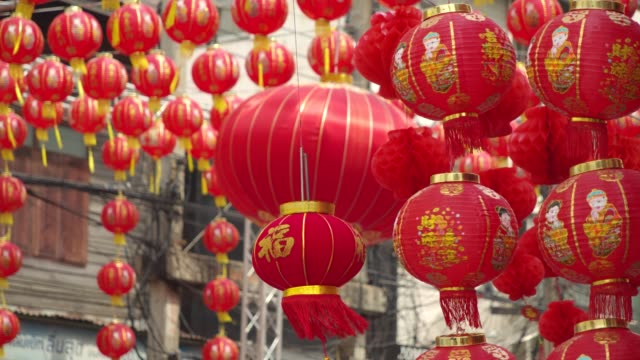 4k slowmotion.chinese lanterns and dragon dance on chinese new year. - китайский фонарь стоковые видео и кадры b-roll