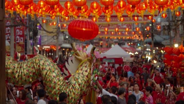 4k 慢動作。中國新年的燈籠和舞龍。 - chinese new year 個影片檔及 b 捲影像