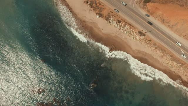 vídeos de stock e filmes b-roll de de 4 k spiraling filmes aérea da praia de malibu, califórnia - estrada 001