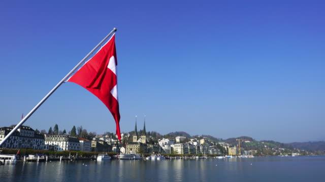 4k swiss flag in luzern - szwajcaria filmów i materiałów b-roll