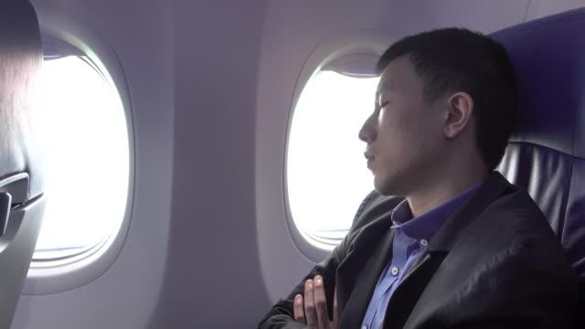 4k: ein Nickerchen am Flugzeug – Video