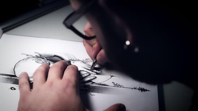 4 k-tattoo-künstler zeichnen das design für tattoo - künstlerischer beruf stock-videos und b-roll-filmmaterial