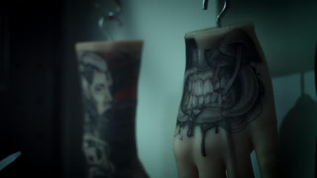 4 k tatuering artist händer dekorationer - lem kroppsdel bildbanksvideor och videomaterial från bakom kulisserna