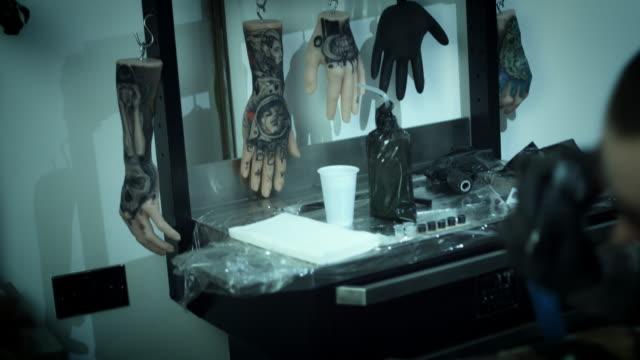 4 k tatuering artist studio - pågående - lem kroppsdel bildbanksvideor och videomaterial från bakom kulisserna