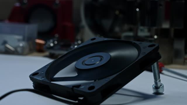 vídeos y material grabado en eventos de stock de composición técnica 4 de k de un ventilador empieza a trabajar - llave tubular