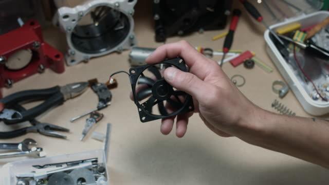 vídeos y material grabado en eventos de stock de composición técnica 4 de k de una mano humana que mueve un ventilador - llave tubular