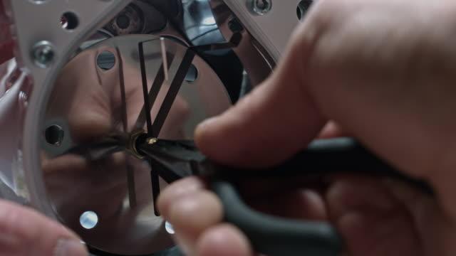 4 k technische zusammensetzung einer menschlichen hand, indem einen pfeil auf uhr - steckschlüssel stock-videos und b-roll-filmmaterial