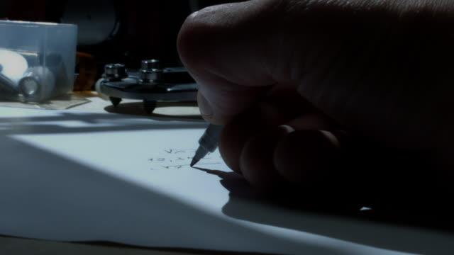 4 k technische zusammensetzung einer menschlichen hand aufschreiben einer gleichung - steckschlüssel stock-videos und b-roll-filmmaterial