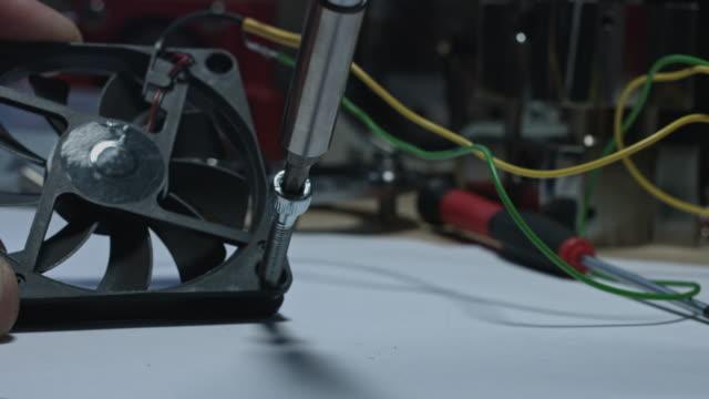 4 k technische zusammensetzung eines schraubenziehers, schrauben in ein fan - steckschlüssel stock-videos und b-roll-filmmaterial