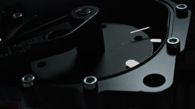 4 k technische zusammensetzung des handgefertigten uhren arbeiten - steckschlüssel stock-videos und b-roll-filmmaterial