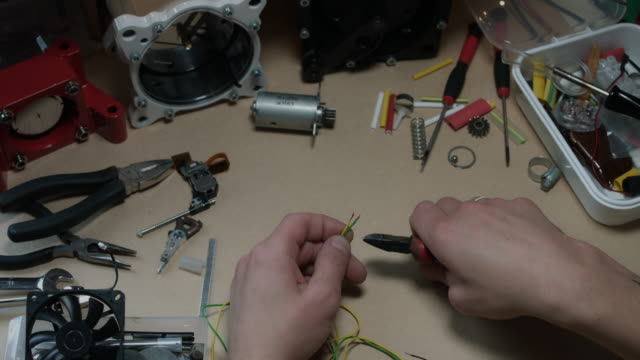 4 k technische zusammensetzung der menschlichen hand schneiden drähte - steckschlüssel stock-videos und b-roll-filmmaterial