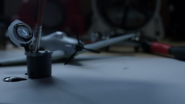 4 k technische zusammensetzung der farbe auf weißem papier ablegen - steckschlüssel stock-videos und b-roll-filmmaterial