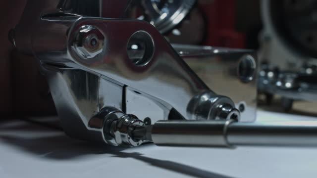 vídeos y material grabado en eventos de stock de 4 composición técnica k de destornillador que los pernos de una pieza del coche - llave tubular